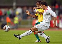 Fotball<br /> Kamerun v Georgia<br /> Lienz Østerrike<br /> 25.05.2010<br /> Foto: Gepa/Digitalsport<br /> NORWAY ONLY<br /> <br /> FIFA Weltmeisterschaft 2010 in Suedafrika, Vorberichte, Vorbereitung, Vorbereitungsspiel, Freundschaftsspiel, Laenderspiel, Kamerun vs Georgien. <br /> <br /> Bild zeigt Jean Makoun (CMR) und Zubab Khizanishvili (GEO).