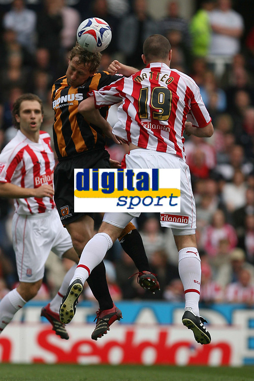 Photo: Pete Lorence.<br />Stoke City v Hull City. Coca Cola Championship. 21/04/2007.<br />Ray Parlour connects with the ball over Dominic Matteo.