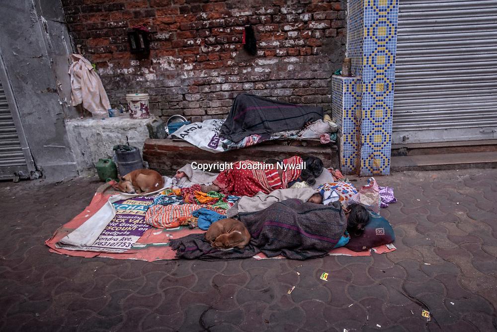 2014 11 13 Kolkata West Bengalen Indien<br /> Tidig morgon i Chadni chowk området<br /> Folk som bor på gatan<br /> ----<br /> FOTO : JOACHIM NYWALL KOD 0708840825_1<br /> COPYRIGHT JOACHIM NYWALL<br /> <br /> ***BETALBILD***<br /> Redovisas till <br /> NYWALL MEDIA AB<br /> Strandgatan 30<br /> 461 31 Trollhättan<br /> Prislista enl BLF , om inget annat avtalas.