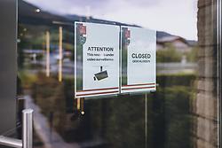 THEMENBILD - Hinweistafel, geschlossen und Videoüberwacht. Hotels und Beherbergungsbetriebe dürfen ab 29. Mai wieder für Gäste öffnen, aufgenommen am 20. Mai 2020 in Kaprun, Oesterreich // Notice, closed and video-monitored. Hotels and accommodation providers may reopen for guests on 29 May, Kaprun, Austria on 2020/05/20. EXPA Pictures © 2020, PhotoCredit: EXPA/ JFK