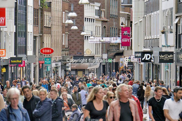 Nederland, Nijmegen, 6-9-2020 Drukte in het centrum van de stad ondanks de nog steeds geldende coronamaatregelen zoals anderhalve meter afstand houden . Winkelende mensen in de Broerstraat . Foto: ANP/ Hollandse Hoogte/ Flip Franssen
