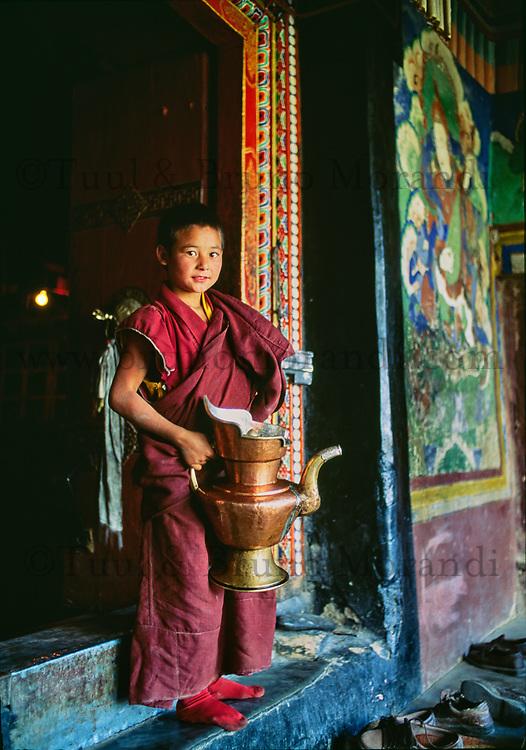Inde - Province du Jammu Cachemire - Ladakh - Vallée de la Nubra - Monastère bouddiste de Diskit - moine novice // India. Province of Jammu Cachemire. Ladakh . Valley of Nubra. Bouddhist monastery of Diskit. Novice monk