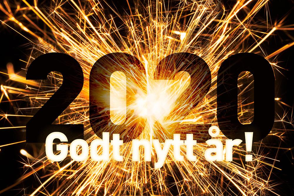 Nyttårsmarkering i form av sprakende stjerneskuddbilde, årstallet 2020 og tekst «Godt nytt år!».