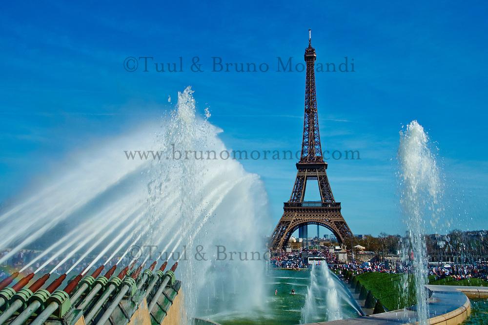 France, Paris (75), jeux d'eau dans les jardins du Trocadéro et la Tour Eiffel // France, Paris, Eiffel tower and Trocadero fountain