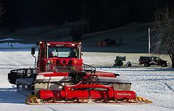 THEMENBILD - eine Pistenraupe auf den teils mit Kunstschnee bedeckten Lechnerberg, aufgenommen am 23. Dezember 2014, Kaprun, Österreich. Kein Wintereinbruch, Seilbahner warten auf Schnee bzw. auf einen Temperatursturz // a snowcat at the Lechnerberg that is partly covered by snow, Kaprun, Austria on 2014/12/23. EXPA Pictures © 2014, PhotoCredit: EXPA/ JFK