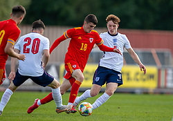 NEWPORT, WALES - Friday, September 3, 2021: Wales' Joel Cotterill (C) and England's Brodi Hughes during an International Friendly Challenge match between Wales Under-18's and England Under-18's at Spytty Park. (Pic by David Rawcliffe/Propaganda)
