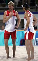 Volleyball, Sandvolleyball, Beachvolleyball, <br />  Sommer OL 2004, 16/08-04, <br /> Iver Horrem og Bjørn Maaseide prøver å legge en plan for hvordan Brasilianerne skal slås,<br /> Foto: Sigjørn Andreas Hofsmo, Digitalsport