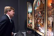 Koning Willem-Alexander opent de tentoonstelling Jheronimus Bosch - Visioenen van een genie in Het Noordbrabants Museum. <br /> <br /> King Willem-Alexander opens the exhibition Hieronymus Bosch - Visions of a genius in the North Brabant Museum.<br /> <br /> Op de foto / On the photo:  Koning Willem-Alexander bekijkt een werk van Jheronimus Bosch in Het Noordbrabants Museum.<br /> <br /> King Willem-Alexander looks at A painting of Jheronimus  Bosch in the Noordbrabants Museum.