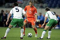 Fotball<br /> Privatlandskamp<br /> Nederland v Irland<br /> Amsterdam Arena<br /> 5. juni 2004<br /> Foto: Digitalsport<br /> NORWAY ONLY<br /> Arjen Robben utfordrer Andy O`Brien og Matt Holland
