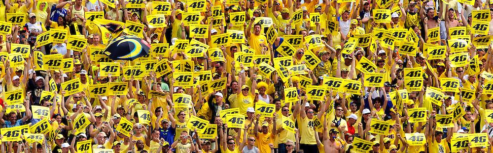Nederland, Assen, 27-06-2009.<br /> TT Assen. Zijn fans vieren met het omhoog houden van zijn startnummer de 100e overwinning van Valentino Rossi heeft behaald.<br /> Foto : Klaas Jan van der Weij