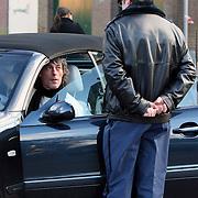 NLD/Laren/20080112 - Fokke van Alphen klaagt bij de parkeerwachter over zijn bekeuring die hij heeft gekregen voor foutparkeren