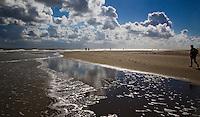 VLIELAND - Spiegeling van de lucht op Noordzeestrand van Vlieland.ANP COPYRIGHT KOEN SUYK