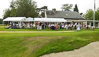 HILVERSUM - Viering 100 jaar Hilversumsche Golfclub met de titel 'Once in a Livetime' was van ieder Nederlandse golfclub een voorzitter of ander bestuurlid uitgenodigd. Er waren 165 deelnemers voor  de wedstrijd. Op hole 14 stond een plastic speelgoedauto voor de hole in one. . Een muziekband liep door de baan. Clubhuis tijdens de borrel. COPYRIGHT KOEN SUYK