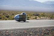 Teagan Patterson in de Beluga tijdens de vierde racedag. In Battle Mountain (Nevada) wordt ieder jaar de World Human Powered Speed Challenge gehouden. Tijdens deze wedstrijd wordt geprobeerd zo hard mogelijk te fietsen op pure menskracht. Ze halen snelheden tot 133 km/h. De deelnemers bestaan zowel uit teams van universiteiten als uit hobbyisten. Met de gestroomlijnde fietsen willen ze laten zien wat mogelijk is met menskracht. De speciale ligfietsen kunnen gezien worden als de Formule 1 van het fietsen. De kennis die wordt opgedaan wordt ook gebruikt om duurzaam vervoer verder te ontwikkelen.<br /> <br /> Teagan Patterson in the Beluga on the fourth racing day. In Battle Mountain (Nevada) each year the World Human Powered Speed ??Challenge is held. During this race they try to ride on pure manpower as hard as possible. Speeds up to 133 km/h are reached. The participants consist of both teams from universities and from hobbyists. With the sleek bikes they want to show what is possible with human power. The special recumbent bicycles can be seen as the Formula 1 of the bicycle. The knowledge gained is also used to develop sustainable transport.