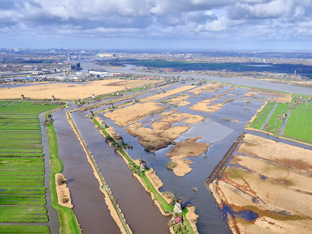 Nederland, Zuid-Holland, gemeente Molenlanden, 25-02-2020; Alblasserwaard, molens Kinderdijk gelegen aan de Hooge Boezem van de Overwaard. Gezien naar dorpje Kinderdijk aan de Lek, Nieuwe Maas richting Rotterdam (aan de horizon).<br /> Alblasserwaard, Kinderdijk windmills located on the Hooge Boezem of the Overwaard. Seen to the village of Kinderdijk, river Lek and Nieuwe Maas - direction Rotterdam (on the horizon).<br /> luchtfoto (toeslag op standard tarieven);<br /> aerial photo (additional fee required)<br /> copyright © 2020 foto/photo Siebe Swart