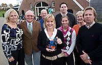 HENGELO (Gelderland) - Anja vd Torre van Golfclub 't Zelle ontvangt zondag uit handen van Janke vd Werf van de NGF het Certificaat Committed to Jeugd. COPYRIGHT KOEN SUYK
