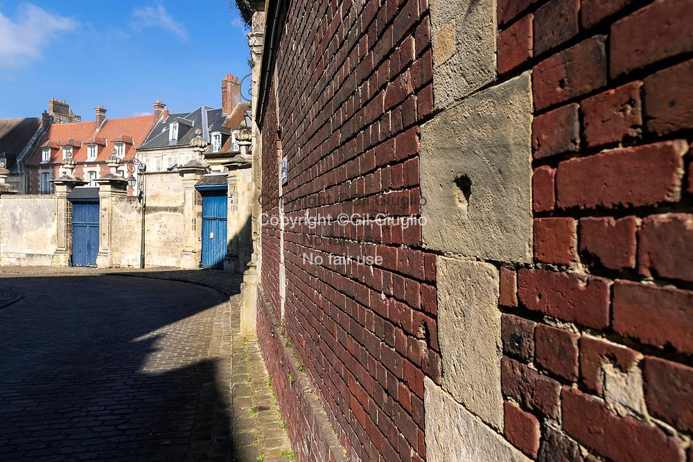 France, Hauts-de-France, Oise (60), Noyon, Rue Corbault sur le Parvis Notre-Dame de Noyon // France, Hauts-de-France, Oise (60), Noyon, Corbault street on Ouyr Lady of Noyon square