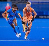 TOKIO - Pien Sanders (NED) met Sharmila Devi (IND)  tijdens de wedstrijd dames , Nederland-India (5-1) tijdens de Olympische Spelen   .   COPYRIGHT KOEN SUYK