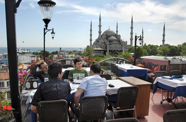 Turkije, Istanbul, 4-6-2011De Blauwe moskee, in sultanahmet. Werd na de verovering van Constantinopel door de mohamedanen gebouwd als antwoord op de Aya Sophia. Istanbul, vroegere hoofdstad van het Ottomaanse rijk. Uitzicht vanaf een dakterras.Foto: Flip Franssen