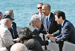 US-Präsident Barack Obama und Japans Premier Shinzo Abe beim Gedenken an die Opfer des japanischen Angriffs auf Pearl Harbor vor 75 Jahren / 271216 <br /> ***Japanese Prime Minister Shinzo Abe (R), alongside U.S. President Barack Obama, exchange words at Pearl Harbor in Hawaii on Dec. 27, 2016, with survivors of Japan's surprise attack in 1941.***