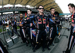 FORMEL 1: GP von Malaysia, Sepang, 03.04.2010<br /> Mechaniker vom Team Red Bull auf dem grid, Illustration<br /> © pixathlon