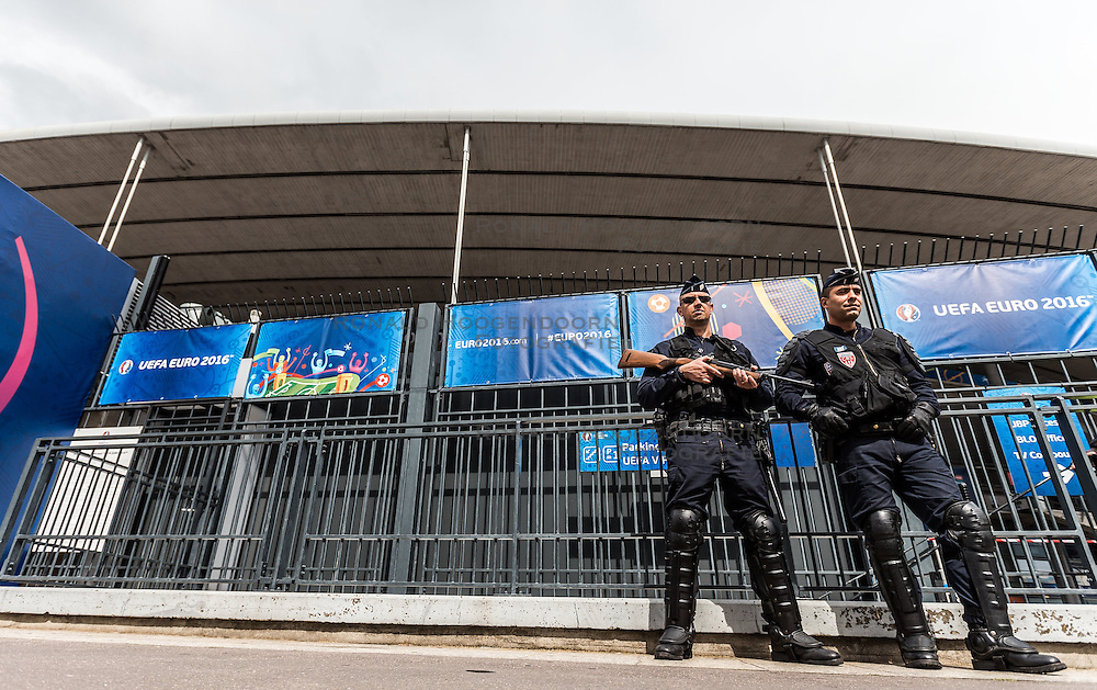 16-06-2016 FRA: UEFA EURO Duitsland - Polen, Parijs<br /> Groep C 2e wedstrijd Stade de France - heavily armed police outside the stadium during <br /> <br /> ***NETHERLANDS ONLY***