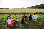 Na afloop van de testen eet het team buiten het terrein. Op de RDW baan in Lelystad wordt getest met de VeloX 4, de fiets van vorig jaar, en voor het eerst ook met de nieuwste fiets, de VeloX V. In september wil het Human Power Team Delft en Amsterdam, dat bestaat uit studenten van de TU Delft en de VU Amsterdam, een poging doen het wereldrecord snelfietsen te verbreken, dat nu op 133,8 km/h staat tijdens de World Human Powered Speed Challenge.<br /> <br /> At the RDW track in Lelystad the team tests wit the VeloX 4 and for the first time with the VeloX V. With the special recumbent bike the Human Power Team Delft and Amsterdam, consisting of students of the TU Delft and the VU Amsterdam, also wants to set a new world record cycling in September at the World Human Powered Speed Challenge. The current speed record is 133,8 km/h.