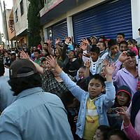SANTIAGO TIANGUISTENCO, Mexico.-  Miles de personas se dieron cita en las calles de Santiago Tianguistenco, para presenciar el gran carnaval por las fiestas de Navidad, donde desfilaron varios carros alegóricos. Agencia MVT. José Hernández.  (DIGITAL)