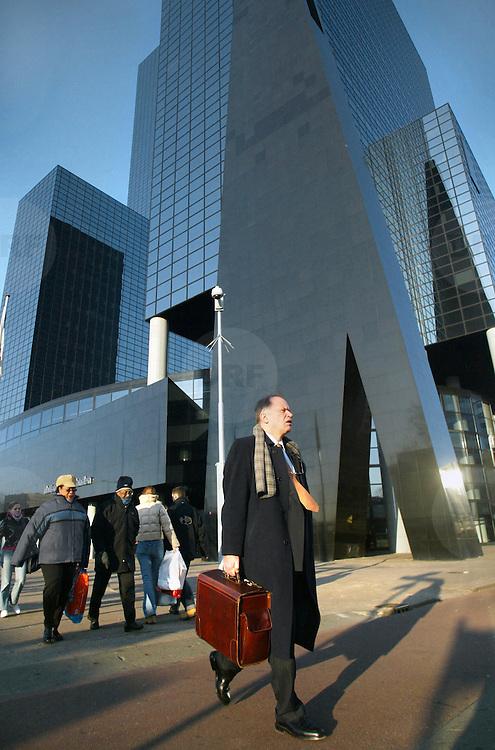 Nederland Rotterdam 21 februari 2003 20030221.Zakenman wandelt langs Nationale Nederlanden naar het Weena  .David Rozing/