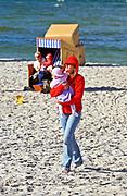 Jurata, 2008-06-20. Kobieta z dzieckiem, plaża w Juracie
