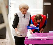 De prinsessen Beatrix, Aimée en de prinsen Constantijn en Floris hebben vrijdag de handen uit de mouwen gestoken voor de actie NLdoet. De koninklijke vrijwilligers hielpen mee op de Prinses Máxima Manege in Den Dolder. <br /> <br /> The princesses Beatrix, Aimée and princes Constantine and Floris have done some volunteer works forthe  action NLdoet. The royal volunteers helped the Princess Máxima riding in Den Dolder.<br /> <br /> Op de foto / On the Photo:  Prinses Beatrix en prinses Aimée