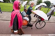 Tijdens Wereldvluchtelingendag lopen enkele honderden mensen mee met de Witte Paraplumars in Utrecht. Het is voor het eerst dat de mars in Nederland wordt gehouden. Met de tocht wil Vluchtelingenwerk aandacht vragen voor de vluchtelingen. Aan de tocht deden onder andere de Utrechtse burgemeester Aleid Wolfsen mee en tv-presentatrice Dieuwertje Blok.<br /> <br /> A couple of hundred men are walking the Umbrella March in Utrecht to get attention for the situations of refugees all over the world.