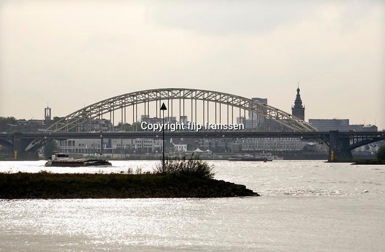Nederland, Nijmegen, 13-10-2020  Zicht op de stad vanuit de Ooijpolder . De oude verkeersbrug, waalkade, benedenstad en stevenstoren zijn zichtbaar . Foto: ANP/ Hollandse Hoogte/ Flip Franssen