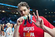 LILLE, FRANCIA - 20 DE SEPTIEMBRE: Pau Gasol besa la medalla de oro tras la gran final del Eurobasket 2015 entre las selecciones nacionales de Espana y Lituania en el estadio Pierre Mauroy el domingo 20 de septiembre de 2015 en Lille, Francia. (Photo by Aitor Bouzo)