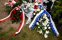 Jedwabne, woj podlaskie, 10.07.2020. Obchody 79. rocznicy mordu na Zydach w Jedwabnem . W tym roku, z powodu pandemii koronawirusa, nie bylo oficjalnej uroczystosci. Przedstawiciele Zarzadu Gminy Wyznaniowej Zydowskiej w Warszawie i Czlonkowie Gminy oraz Naczelny Rabin Polski modlili sie indywidualnie za ofiary zbrodni, byla tez przeprowadzona transmisja online. 10 lipca 1941 roku z rak polskich sasiadow zginelo co najmniej 340 osob narodowosci zydowskiej , ktore zostaly zywcem spalone w stodole . W 2001 r zostal odsloniety pomnik , przy ktorym co roku odbywaja sie uroczystosci upamietniajace te zbrodnie. N/z wience od przydenta Andrzeja Dudy i amasador Izraela w Polsce fot Michal Kosc / AGENCJA WSCHOD