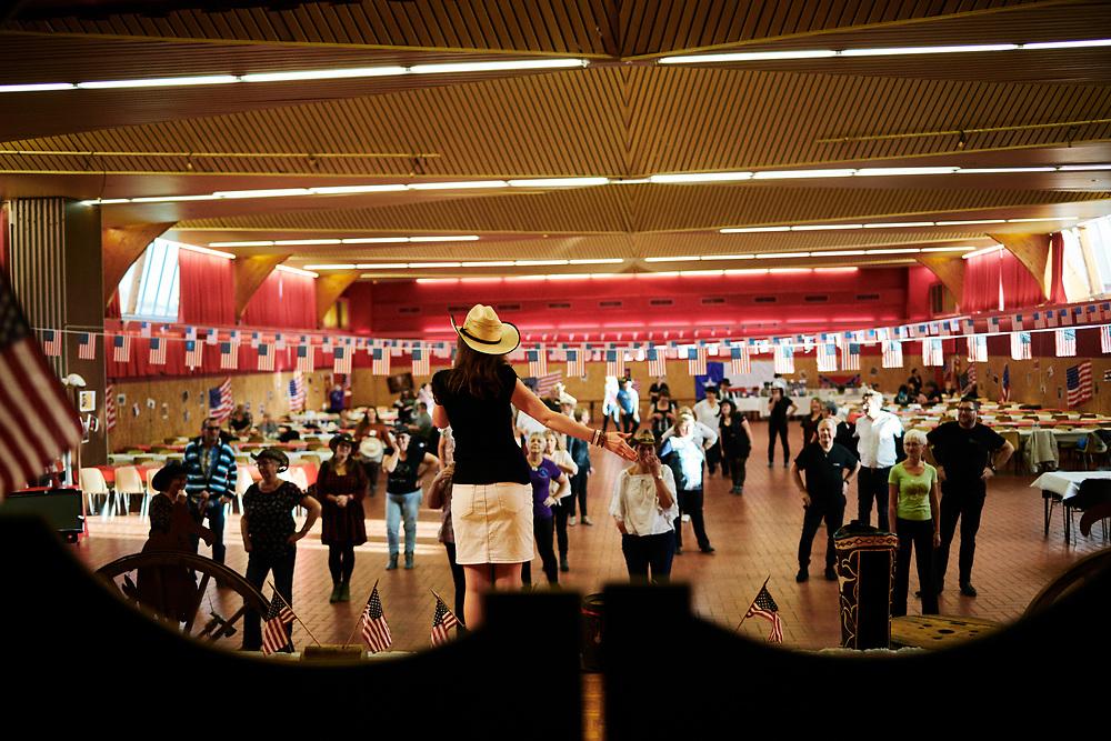 Severine Moulin, professeure de danse country, entrainant la salle lors d'un atelier organise par l'association Hell's Boots. Villeneuve-Saint-Germain, France. 17 novembre 2019. <br /> Severine Moulin, Country Dance teacher, leading the crowd during a workshop held by the Hell's Boots association. Villeneuve-Saint-Germain, France. November 17, 2019.