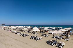 THEMENBILD - Touristen unter Sonnenschirmen auf Liegen genießen ihren Urlaub am Strand an einem heissen Sommertag, aufgenommen am 16. August 2018 in Larnaka, Zypern // Tourists under umbrellas on loungers enjoying their vacation on the beach on a hot summer Day, Larnaca, Cyprus on 2018/08/16. EXPA Pictures © 2018, PhotoCredit: EXPA/ JFK