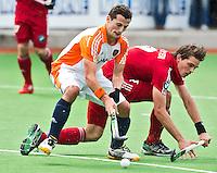 MELBOURNE -     Sander Baart (l) in duel met de Belg Felix Denayer tijdens de hockeywedstrijd tussen de mannen van Nederland en Belgie (5-4) bij de Champions Trophy hockey in Melbourne.  ANP KOEN SUYK