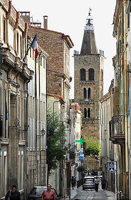 Frankrijk, Prades, 20-9-2008Straat in het centrum van het stadje Prades aan de voet van de pyreneeën met haar kerk, waar jaarlijks het Casals-festival wordt gehouden.Street in the center of the town of Prades at the foot of the Pyrenees with her church, where the annual Casals Festival is held.Foto: Flip Franssen
