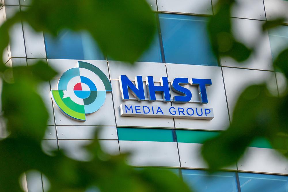 Skilting for NHST media group på fasaden til Christian Krohgs gate 16 (Akerselva Atrium), hvor selskapet holder til.