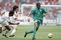 Fotball<br /> African Nations Cup 2004<br /> Foto: Digitalsport<br /> Norway Only<br /> <br /> 1/2 FINAL - 040211 - TUNISIA v NIGERIA<br /> <br /> NWANKWO KANU (NIG) / RIADH BOUAZIZI / RIADH JAIDI (TUN)