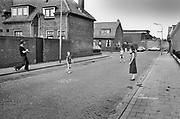 Nederland, Nijmegen, 10-9-1980Serie beelden over het wonen en sociale woningbouw in verschillende wijken van de stad. In het Waterkwartier naast het industrieterrein met de Honig en het slachthuis.In het kader van stadsvernieuwing en renovatie van buurten gemaakt. een jonge gezin voetbalt met de kinderen op straat, straatvoetbal .FOTO: FLIP FRANSSEN
