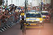 Bram Tankink van de Lotto Jumbo ploeg wordt toegejuichd. In Utrecht is deTour de France van start gegaan met een tijdrit. De stad was al vroeg vol met toeschouwers. Het is voor het eerst dat de Tour in Utrecht start.<br /> <br /> In Utrecht the Tour de France has started with a time trial. Early in the morning the city was crowded with spectators. It is the first time the Tour starts in Utrecht.
