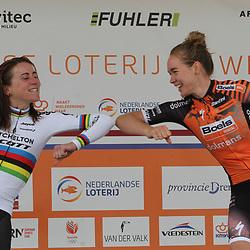 22-08-2020: Wielrennen: NK vrouwen: Drijber<br /> Elleboogje van de kampioen Anna van der Breggen naar Annemiek Van Vleuten (Netherlands / Team Mitchelton Scott)\
