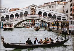 THEMENBILD - Rialto Brücke und Gondeln, aufgenommen am 04. Oktober 2019 in Venedig, Italien // Rialto bridge and gondolas in Venice, Italy on 2019/10/04. EXPA Pictures © 2019, PhotoCredit: EXPA/ JFK