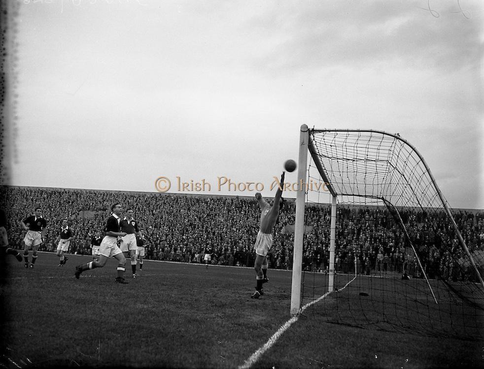 21/09/1955<br /> 09/21/1955<br /> 21 September 1955<br /> League of Ireland v Scottish League at Dalymount Park, Dublin.