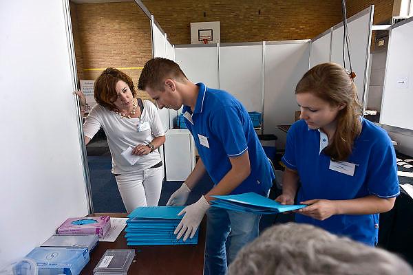 Nederland, Nijmegen, 13-7-2014Inspanningsfysioloog prof. dr. Maria Hopman (links) van het UMC St Radboud start een nieuw Vierdaagse onderzoek, in samenwerking met het Diabetes Fonds. Hopman volgt 30 mensen met diabetes: ze onderzoekt wat het effect van vier maanden voorbereidende wandeltraining is op lichamelijke fitheid, insulinegevoeligheid en het risico op hart- en vaatziekten bij mensen met diabetes type 1 en 2. Ook onderzoeken Hopman en haar team tijdens de Vierdaagse welk effect wandelen heeft op de vocht- en zouthuishouding van diabetespatiënten. The International Four Day Marches Nijmegen (or Vierdaagse) is the largest marching event in the world. It is organized every year in Nijmegen mid-July as a means of promoting sport and exercise. Participants walk 30, 40 or 50 kilometers daily, and on completion, receive a royally approved medal, Vierdaagsekruisje. The participants are mostly civilians, but there are also a few thousand military participants. The maximum number of 45,000 registrations has been reached. More than a hundred countries have been represented in the Marches over the years.~Also a scientific research is held amongst participants with diabetis, in order to measure the effects of four days walking on their health.~Foto: Flip Franssen/Hollandse Hoogte