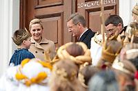 """06 JAN 2012, BERLIN/GERMANY:<br /> Christian Wulff (2.v.L), Bundespraesident, und Bettina Wulff (L), Gattin des Bundespraesidenten, im Gespraech mit einem Sternsinger, der soeben den Segen """"20*C+M+B+12"""" an die Tuere des Schlosses geschrieben hat, waehrend dem Sternsingerempfang der 54. Aktion Dreikoenigssingen 2012, Schloss Bellevue<br /> IMAGE: 20120106-01-017<br /> KEYWORDS: Sternsinger, Heilige drei Könige, Heilige drei Koenige, Dreikönigssingen, Ehefrau, Politikerfrau,"""