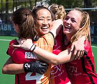 LAREN -  Hockey - Hoofdklasse dames Laren-Oranje Rood (0-4). Oranje Rood plaatst zich voor Play Offs.  Vreugde na afloop bij Maud Renders (Oranje-Rood) , Shihori Oikawa (Oranje-Rood) en Lisa Post (Oranje-Rood)  COPYRIGHT KOEN SUYK