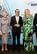 Prinses Beatrix en Prinses Mabel bij uitreiking vierde Prins Friso Ingenieursprijs. Deze vindt plaats op de 'Faculty of Science and Engineering' van de Rijksuniversiteit Groningen.  <br /> <br /> Princess Beatrix and Princess Mabel celebrates Prince Friso Ingenieursprijs at the award ceremony. This takes place at the 'Faculty of Science and Engineering' of the University of Groningen.<br /> <br /> Op de foto / On the photo:  Princess Beatrix and Pirncess Mabel with Winner Dr. eng. Nima Tolou (35), Micaela dos Ramos and Elmer Sterken